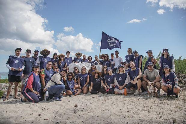 Cerveza Corona culmina el año con limpieza en isla Catalina