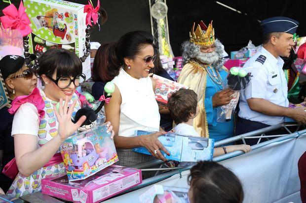 Cándida Montilla de Medina entrega juguetes en ocasión del Día de Reyes