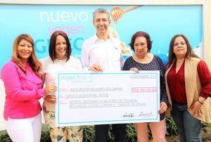Directivos de Helados Bon y de la Asociación Mujeres Solidaria, durante la entrega del donativo, desde la izquierda: Laura Pérez, Marjorie Rijo, Luis Fernando Enciso, Yderma Arias y Carolina Pantaleón.