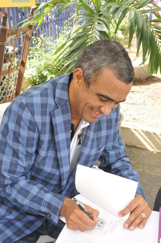 Tony López mientras firma algunos de los ejemplares de su libro.