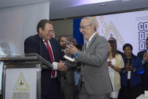 El cirujano oncólogo Francisco García Pérez, a la derecha, recibe el reconocimiento por su amplia trayectoria profesional y académica, de manos del presidente de SODOCO, Ricardo Domingo.
