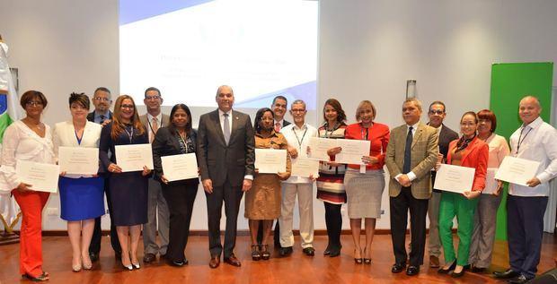 Los 13 colaboradores de la DGA, reconocidos en el Día Internacional de las Aduanas, junto al director general de Aduanas, Enrique A. Ramírez P., y Gabino José Polanco, subdirector Técnico de la DGA.