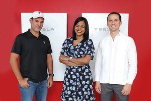 Eduardo Mejía, representante de Tesla; Elizabeth Manzanillo, representante del Banco Popular; Carlos Grullón, presidente de Raas Solar.