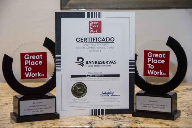 Trofeos y certificación que acreditan a Banreservas como uno de los Mejores Lugares para Trabajar en el Caribe y en República Dominicana.