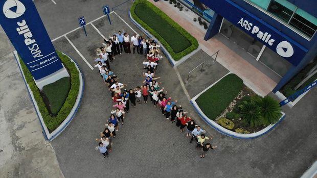 Colaboradores ARS Palic forman lazo solidario contra el Cáncer