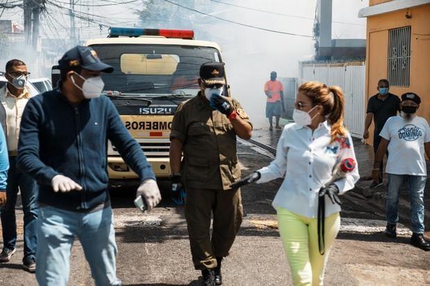 Alcaldesa Carolina Mejía, en el operativo de recogida de basura, fumigación y aseo general.