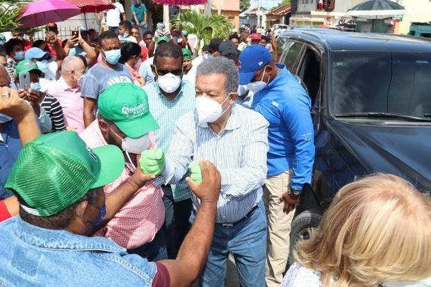 Leonel inicia recorrido por los 158 municipios con visitas en Barahona