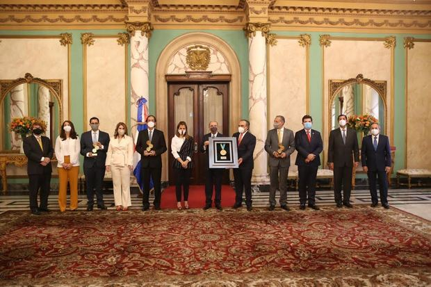 La distinción fue entregada durante una visita de cortesía de los directivos de la agrupación industrial más grande de la República Dominicana, en el Salón Privado del Palacio Nacional..