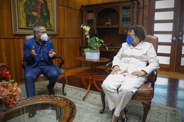 Miriam Germán Brito junto a Héctor Acosta.