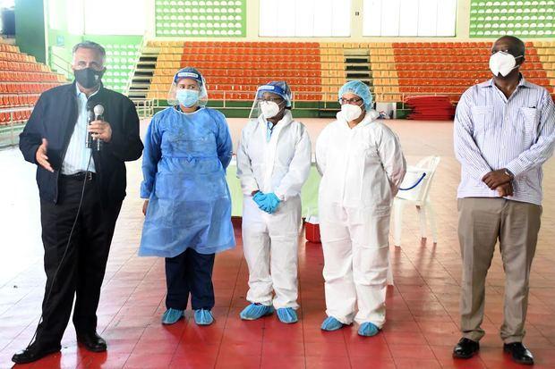 El licenciado Luis Mejía Oviedo, presidente del COD, motiva la apertura de la toma de muestras junto a las enfermeras y Gerardo Suero Correa.