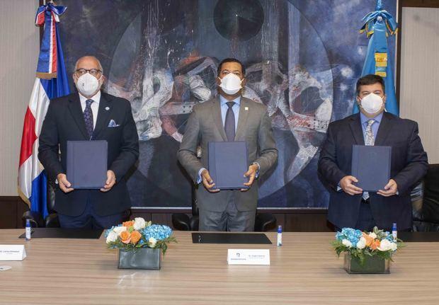 El acuerdo fue firmado por Carlos Alberto Elmúdesi Rodríguez, presidente de la FEDOGOLF; Ysidro García, subadministrador de Negocios de Banreservas; y Gabriel Pascual, country mánager de MasterCard.