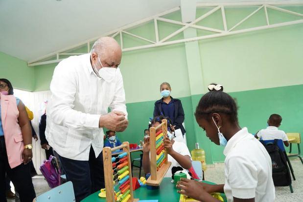 Ministro Roberto Fulcar supervisa escuelas de la frontera