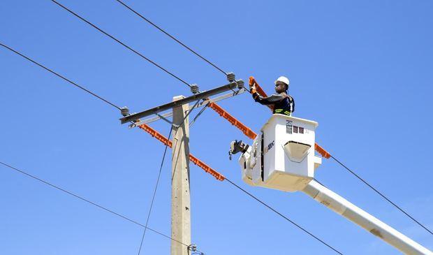 Desde hace varias semanas CEPM trabaja en la instalación y reemplazo de postes, cortes de ramas con el propósito de mejorar el servicio de energía de toda la zona.