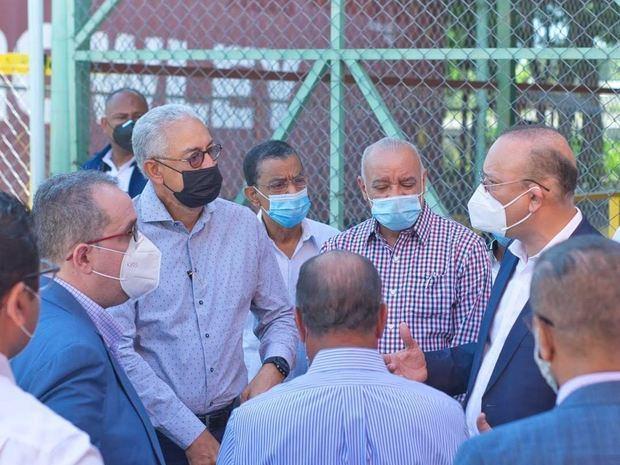 l director de Proindusrtria recorre las empresas de zonas francas que operan en el parque industrial de Esperanza