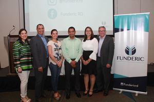 Los doctores Mónika Alonso, Roberto Muñoz, Yamilet Cruz, Edral Rodríguez, Ingrid Mercedes y Tirso Valdez Lorie.