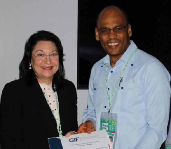 Geraldo Orozco recibe la certificación de mano de Rosa Rita Álvarez.