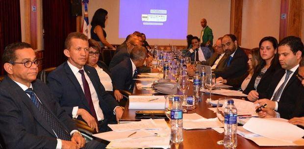 Comisión estudia proyecto de Presupuesto y se reúne con ministro de Hacienda y director de Presupuesto