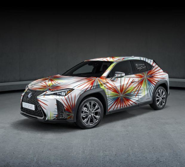 Los modelos Lexus UX se visten de alta costura