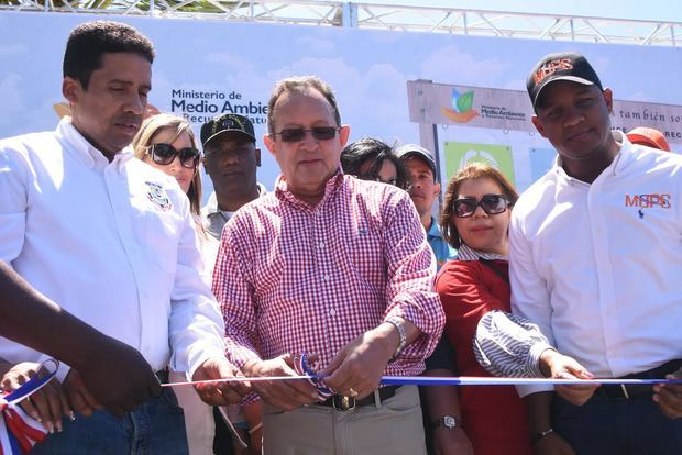 Inician jornada especial de limpieza y adiestramiento sobre recolección de desechos sólidos en playa de Boca Chica