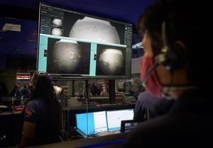 Una fotografía cedida por la NASA que muestra a los miembros del equipo del rover Perseverance Mars observar las primeras imágenes de la misión.