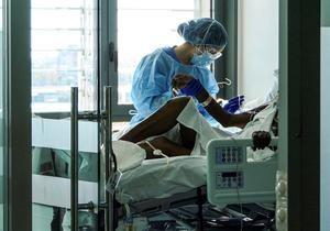 Un enfermo de Covid-19 es atendido por una fisioterapeuta en la UCI del hospital Son Espases de Palma de Mallorca.