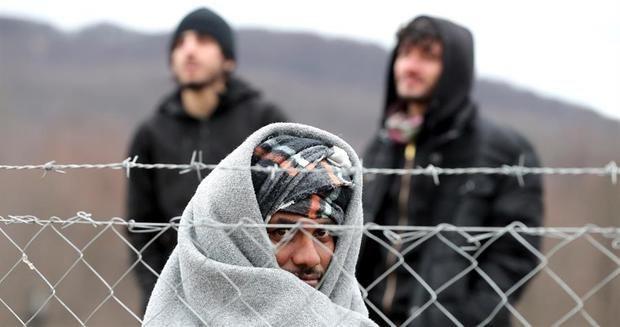 Bosnia aloja a migrantes abandonados en la nieve, tras críticas de ACNUR