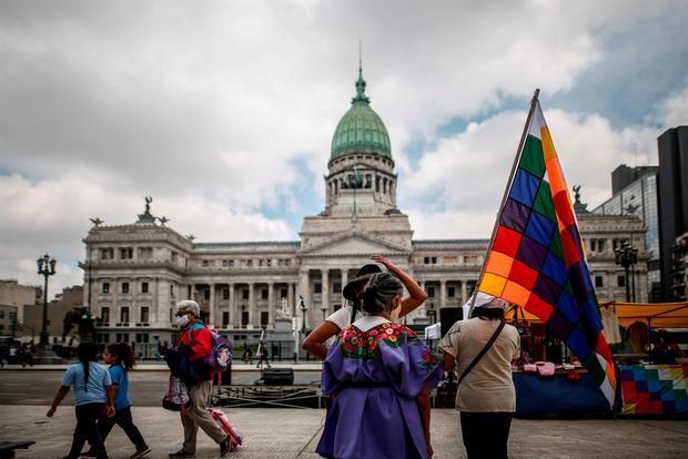 Comunidades indígenas se manifiestan frente al Congreso en reclamo de la prorroga de la ley de relevamiento territorial, en Buenos Aires, Argentina.