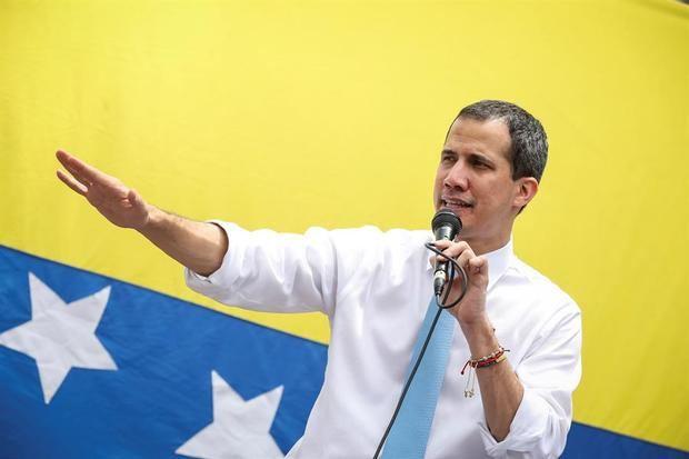 El líder opositor venezolano Juan Guaidó habla ante cientos de sus simpatizantes durante una sesión de la Asamblea Nacional tras una marchada convocada en el sector de Las Mercedes, en Caracas, Venezuela.