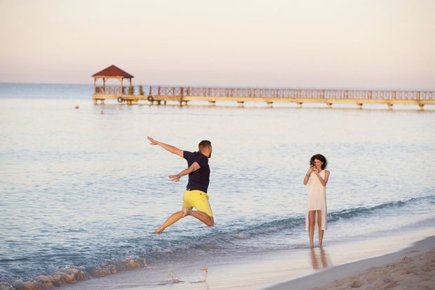Turistas se hacen fotografías al amanecer, en Bayahibe (República Dominicana), en una fotografía de archivo.