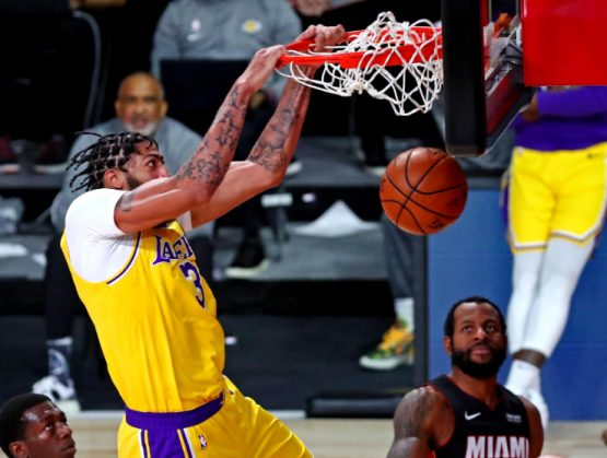 Lakers vence al Heat y se coloca a un triunfo del título de la NBA.