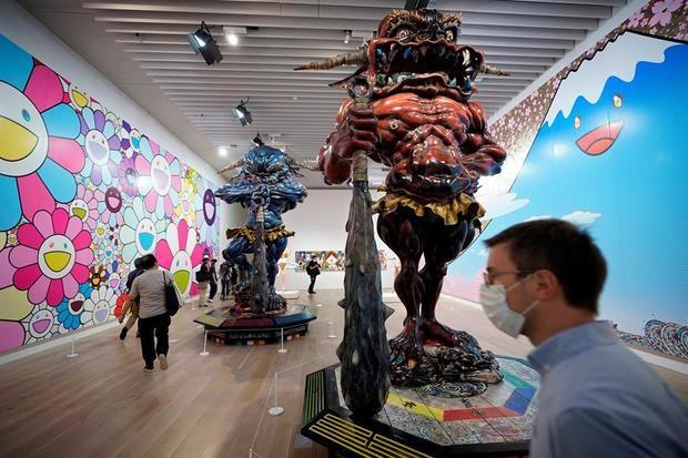 Obras de arte del artista japonés Takashi Murakami durante el avance de los medios de comunicación de la exposición 'ESTRELLAS: Seis artistas contemporáneos de Japón al mundo' en el Museo de Arte Mori en Tokio, Japón.