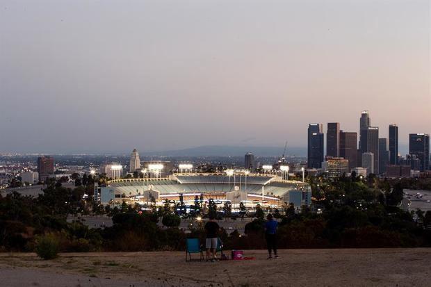 En la imagen el registro de una familia en el parque Elysian, frente al estadio de los Dodgers, durante un partido de la MLB en medio de la pandemia, en Los Ángeles, California, EE.UU.