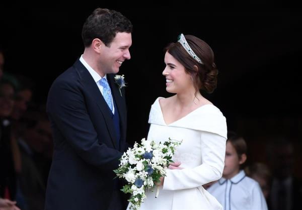 La princesa Eugenia (d) y su marido Jack Brooksbank (i), en una imagen de su enlace en 2018.