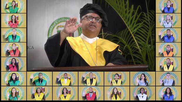 Monseñor Benito Ángeles, Rector de la UCSD, se dirigió a los graduandos exhortándolos a mantener la fe en tiempo de crisis.