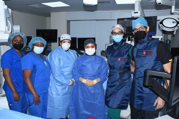 Dres: Eliany Mejía López, Laiden Suarez Fúster les acompañaron de los médicos asistentes Cristian Guzmán, Dr. Ernesto Pérez y Sarah Félix , representante de precisión – Abbott.