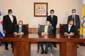 Presidente del Senado de la República, Eduardo Estrella en la firma del Acuerdo de Colaboración con la Pontificia Universidad Madre y Maestra y Cincinnatus Institute.