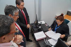 Dr Tomás Castro, Dr Félix Damián Olivares, y Felix Pujols mientras presentan el recurso de amparo contra la ley que implementa el cobro anticipado al impuesto a la primera placa.