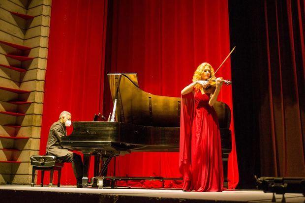 Violinista Militza Iankova y Elioenai Medina.