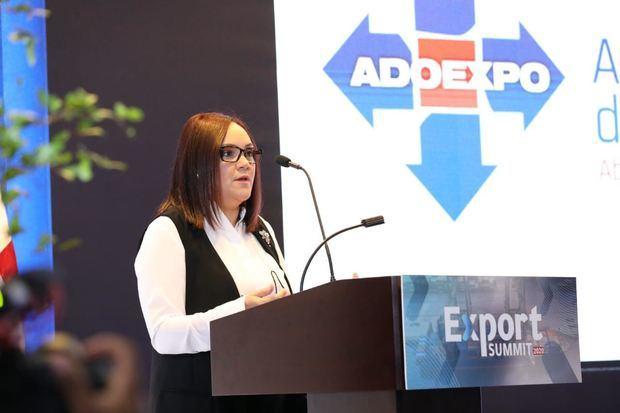 La presidenta de Adoexpo, Elizabeth Mena, se dirige a los presentes.