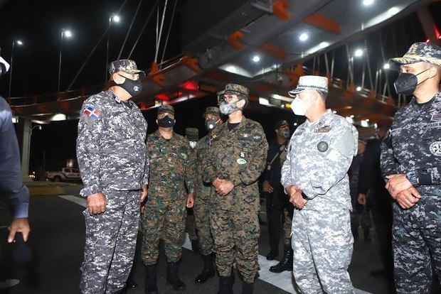 Ministro de Defensa junto a Comandantes y Generales supervisan retenes y cumplimiento toque de queda