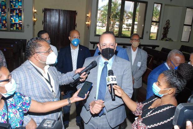 El director de PROINDUSTRIA, Ulises Rodríguez, declara a los periodistas al finalizar la celebración eucarística.