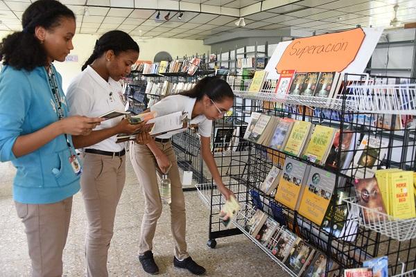 Una vista general de la presencia de estudiantes en la tienda Bono Cultura, el recinto 14 Feria Regional del Libro  cultural Cotuí 2018