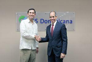 Roberto Herrera presidente de la junta de directores del Fondo de Agua Santo Domingo y Edwin de los Santos presidente de AES Dominicanay de DPP.
