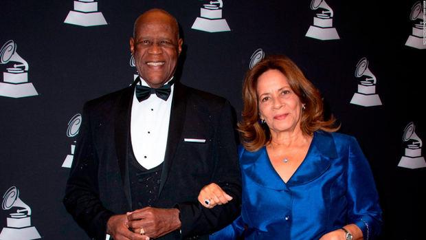 Johnny Ventura junto a su esposa Josefina Flores.