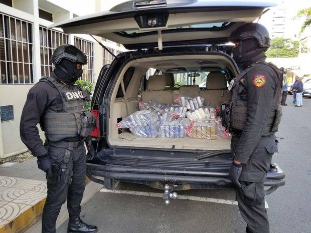 Autoridades decomisan 111 paquetes que se presume cocaína en Santo Domingo Este
