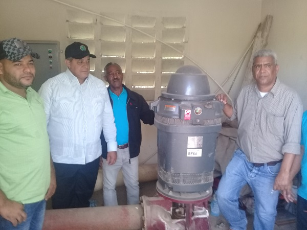Director IAD entrega 5 electrobombas a productores agrícolas de Las Charcas Azua