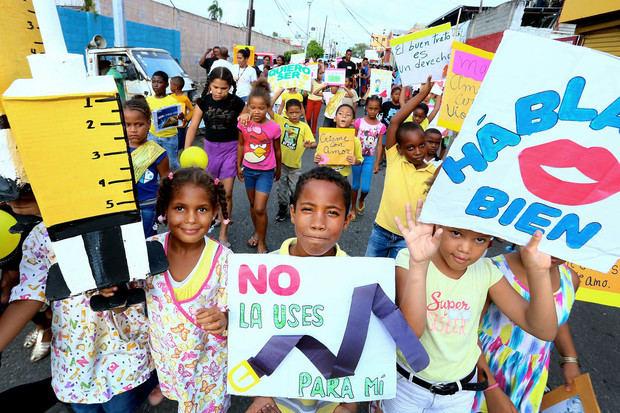 Niños y jóvenes de Villas Agrícolas marchan contra el abuso infantil