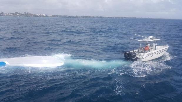 Armada reflota y remolca lancha hundida parcialmente en aguas del mar Caribe