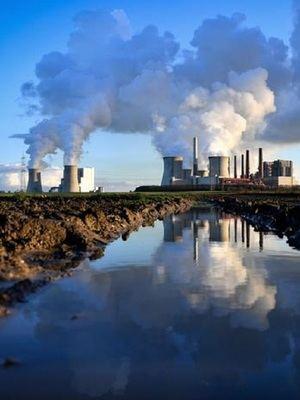Chimeneas industriales liberación de humo en el medio ambiente.