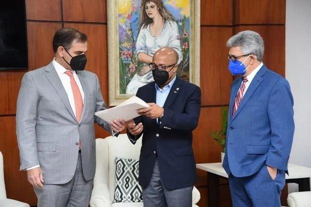 Presidente de la Cámara, Alfredo Pacheco, por el ministro de Hacienda, Jochi Vicente, y el director General de Presupuesto, José Rijo Presbot.